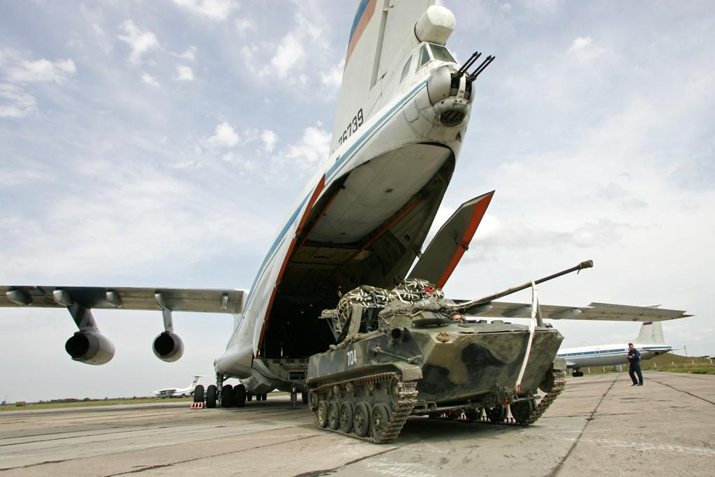 Погрузка БМД-2 на военно-транспортные самолеты Ил-76.