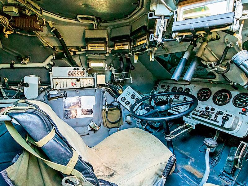 Рабочее место механика-водителя БТР‑82А