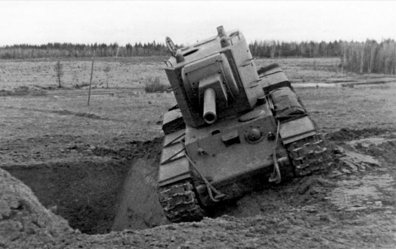 Советский тяжелый танк КВ-2 (серийный номер Б-9633) на показе комначсоставу РККА на полигоне в подмосковной Кубинке. Машина запечатлена перед преодолением противотанкового рва.