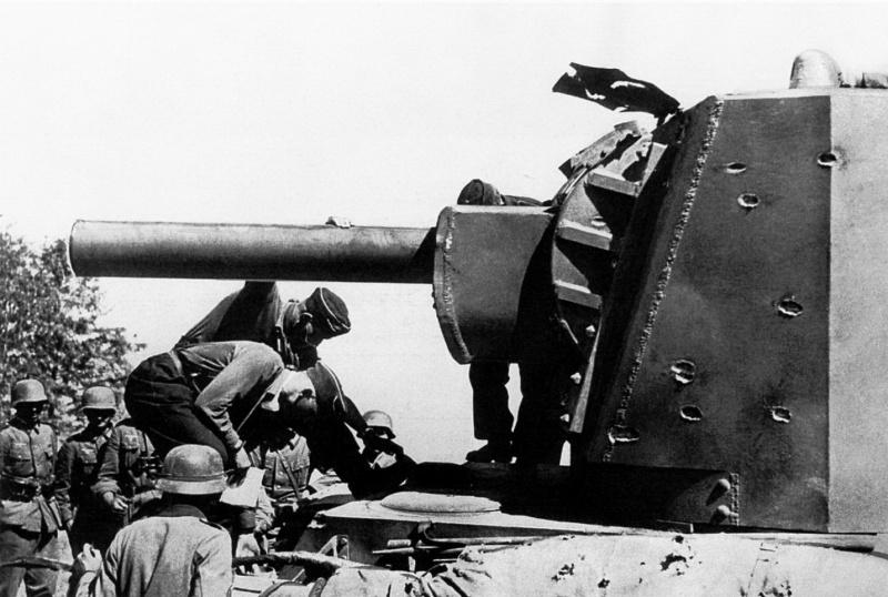 Немецкие солдаты у советского тяжелого танка КВ-2 с башней МТ-1, подбитого у литовского местечка Шаукотас в 30 километрах от Расейняя