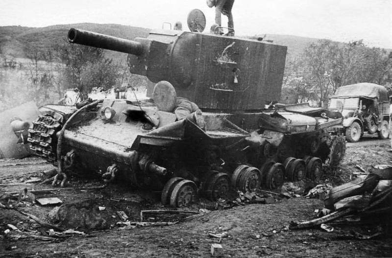 Немецкие солдаты осматривают подбитый советский танк КВ-2