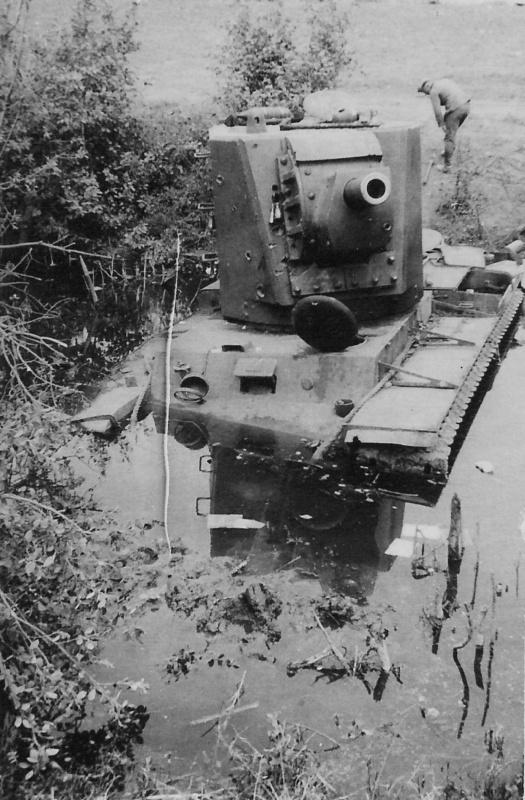 Советский танк КВ-2 с башней МТ-1, застрявший в речке Зиедаплис