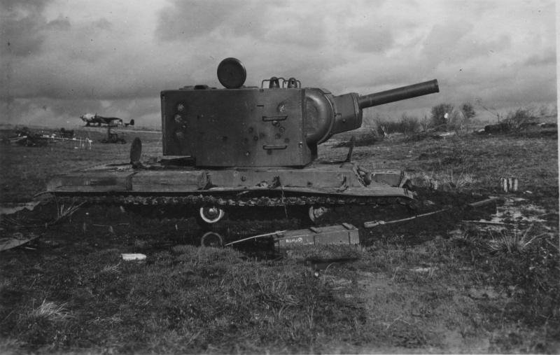 Советский танк КВ-2, завязший в грязи около Витебского аэродрома