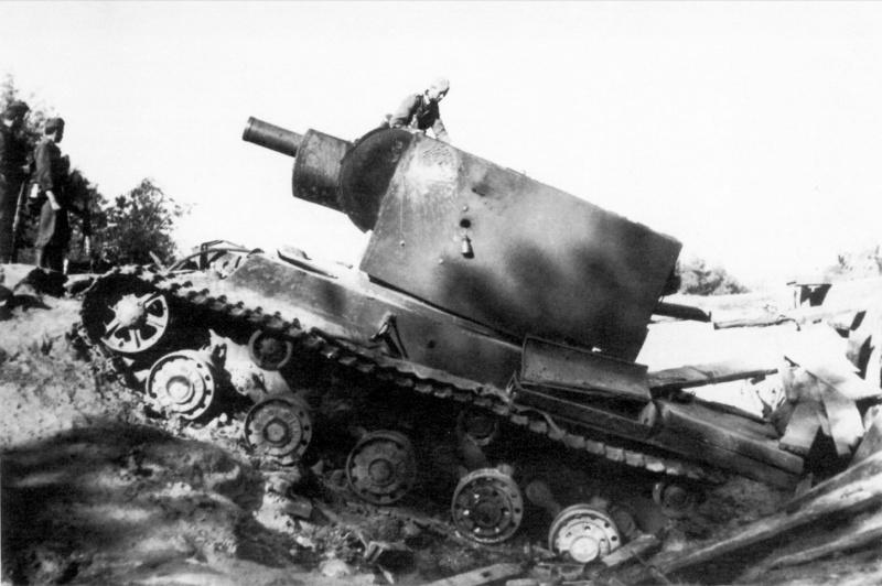 Советский тяжелый танк КВ-2, провалившийся с мостиком в селе Пелча в районе Дубно