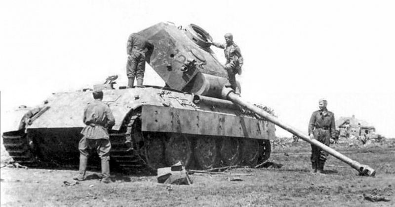 Красноармейцы осматривают танк «Пантера» подбитый в ходе наступательной операции вермахта «Цитадель»