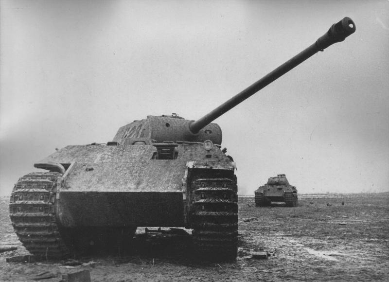 Два брошенных немецких средних танка Pz.Kpfw.V Ausf.A «Пантера» ранней серии.