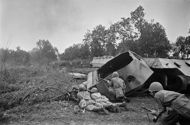 Советские солдаты в бою у разрушенного немецкого танка «Пантера»
