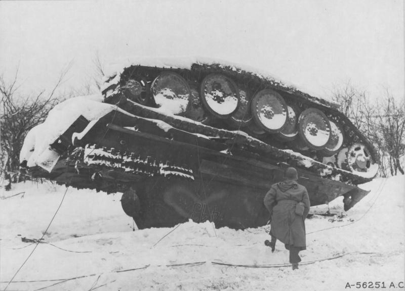 Капитан Джеймс Б. Ллойд осматривает немецкий танк Pz.Kpfw V «Пантера», который был уничтожен тяжелыми истребителями Р-38 «Лайтнинг»