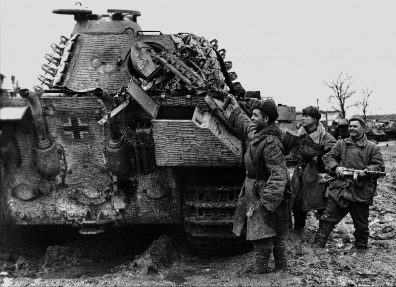 Советские солдаты осматривают захваченный в городе Умань немецкий танк Pz.Kpfw. V Ausf. A «Пантера» через три дня после освобождения города от захватчиков 10 марта 1944 года.
