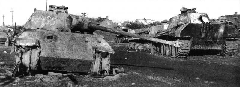 Танки Pz.Kpfw. V «Пантера» 3-го танкового полка СС (SS Pz.Rgt. 3) 3-й танково-гренадерской дивизии СС «Тотенкопф», подбитые советской артиллерией южнее города Пултуск (Польша). Захвачены войсками 1-го Белорусского фронта.