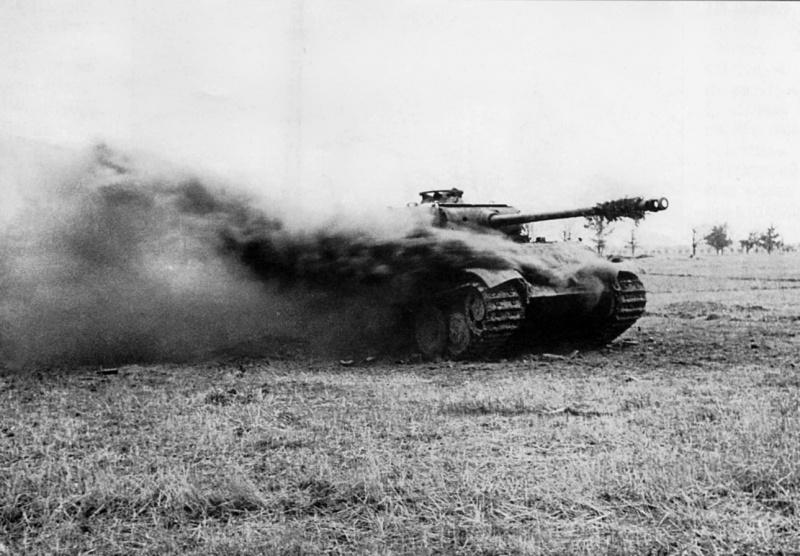 Горит подбитый немецкий танк Pz.Kpfw. V Ausf. G «Пантера». 3-й Белорусский фронт.