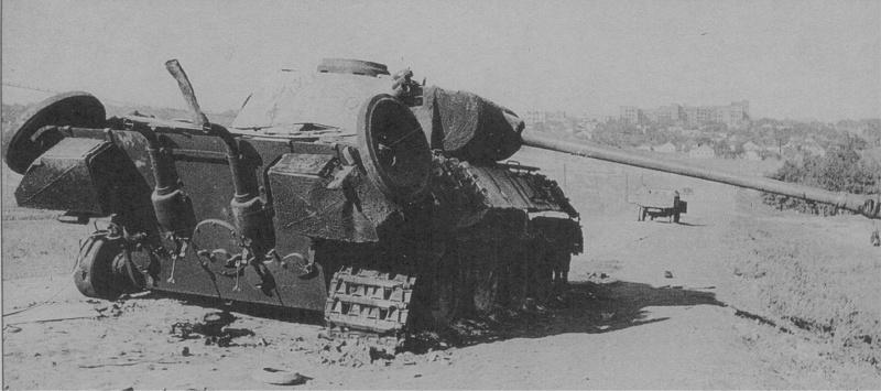 Немецкий танк Pz.Kpfw. V «Пантера», подбитый расчетом гвардии старшего сержанта Парфенова. Окраина Харькова, август 1943 года.