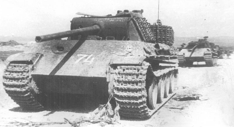 Таже колонна немецкой бронетехники, уничтоженная из засады советской артиллерией на границе Венгрии и Австрии, в районе города Детриц - вид спереди.