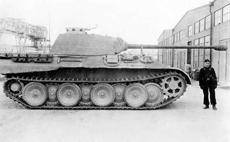 Танк Pz.Kpfw. V Ausf. A Phanter (Sd.Kfz. 171) на заводской площадке фирмы MAN.