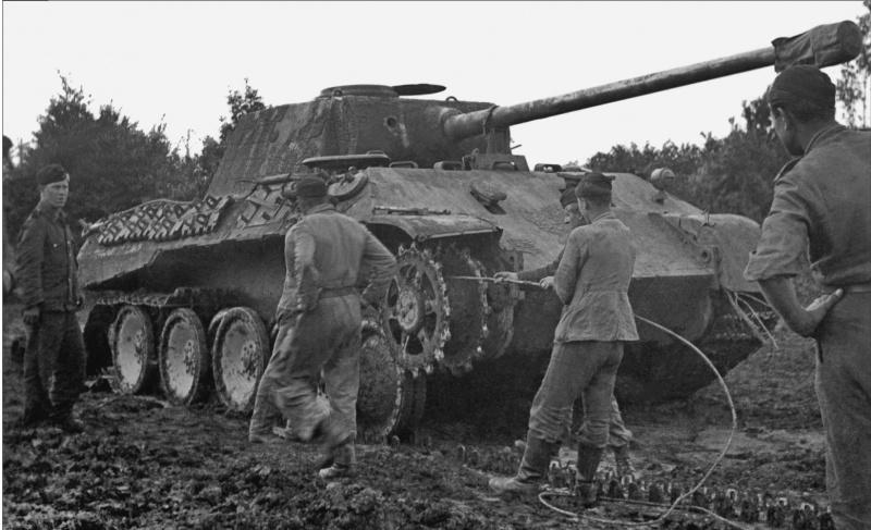 Танкисты вермахта восстанавливают поврежденную гусеницу танка «Пантера» Pz. Kpfw. V Ausf. D.