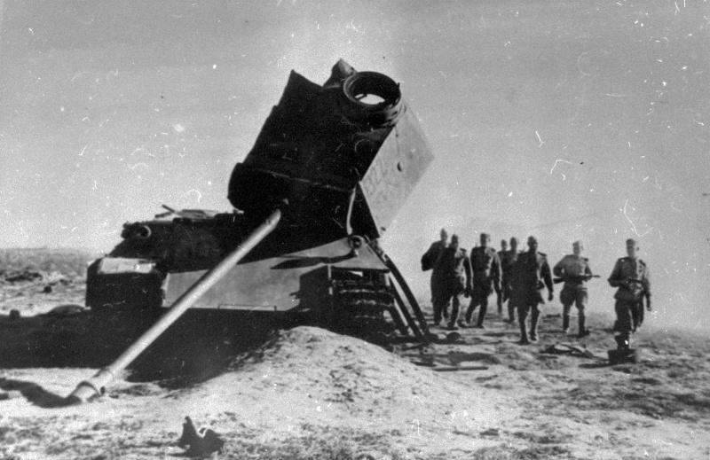 Красноармейцы идут мимо подбитого танка «Пантера»