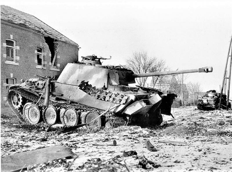 Танк вермахта Pz.Kpfw. V Ausf. G Panther 116-й танковой дивизии (116. Panzer-Division «Windhund»), подбитый в ходе Арденнской операции. На заднем плане подбитый танк Pz.Kpfw. IV.