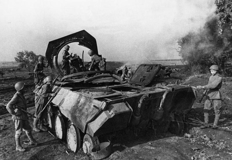Советские солдаты осматривают немецкий танк Pz.Kpfw. V «Пантера», уничтоженный во время боев под Прохоровкой.