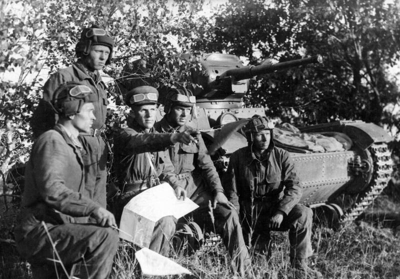 Танкисты подразделения старшего лейтенанта Н. Быстрова на рекогносцировке местности перед боями под Смоленском.