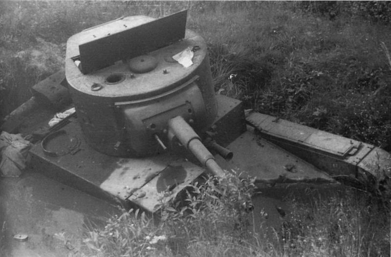 Застрявший в болоте и брошенный <a href='https://arsenal-info.ru/b/book/537632685/3' target='_self'>советский легкий танк</a> Т-26