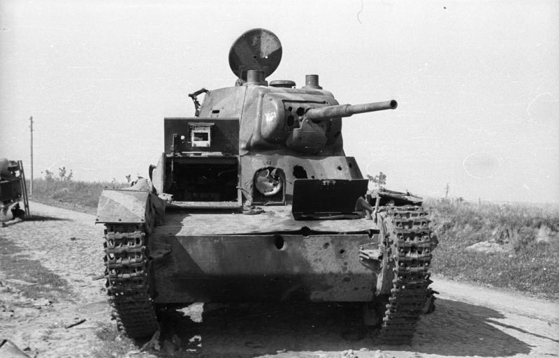 Советский танк Т-26, подбитый на дороге под Каменец-Подольским