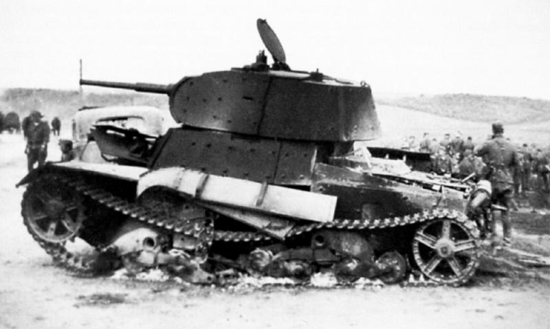 Советский легкий экранированный танк Т-26, уничтоженный во время боев у Сенно
