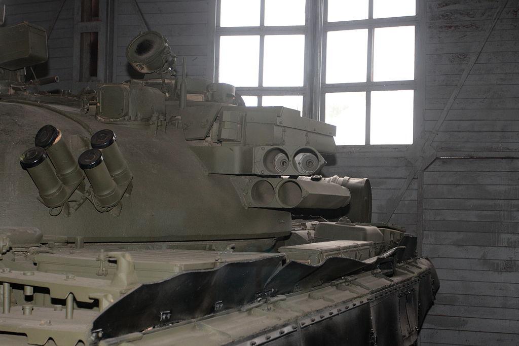 Активная защита и гранатомёты системы постановки дымовой завесы на танке Т-55АД.