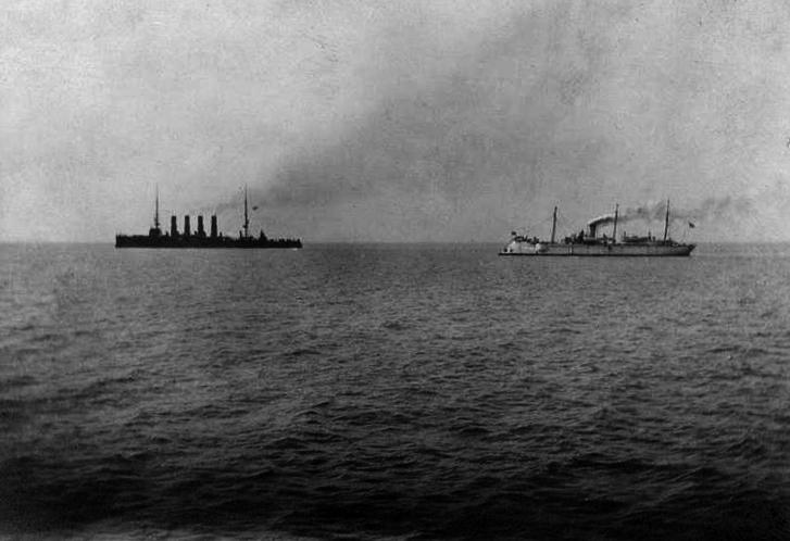 Крейсер «Варяг» и канонерская лодка «Кореец» идут в бой, 9 февраля 1904
