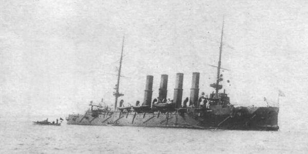 Накренившийся на левый борт крейсер «Варяг» после сражения