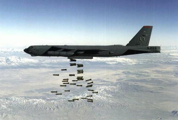 Фото Боинга B-52 наносящего бомбовый удар