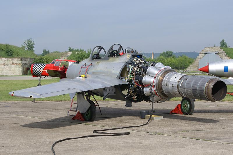 МиГ-15УТИ с раскапотированным двигателем