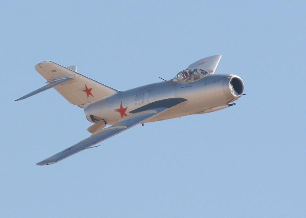 МиГ-15бис в полете. Тормозные щитки выпущены