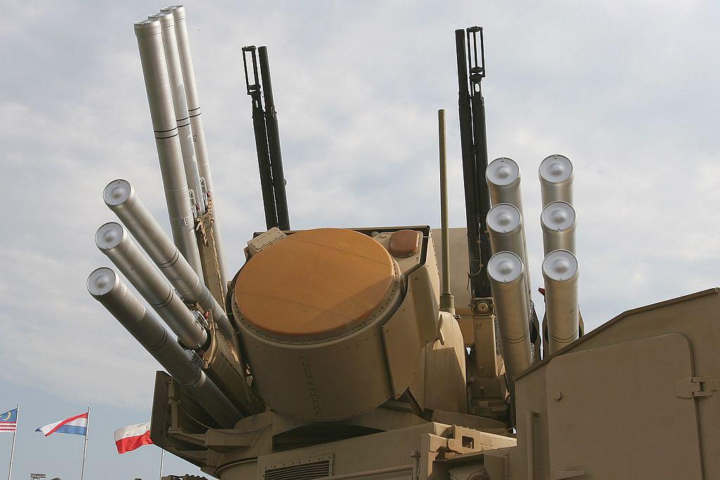 «Панцирь-С1» (в центре радар сопровождения целей) — две двуствольные зенитные пушки и 12 ракет земля-воздух, готовых к запуску
