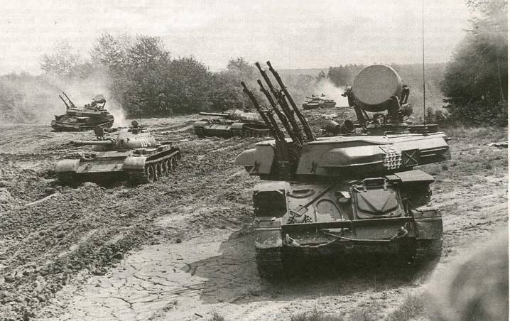 ЗСУ-23-4 Шилка прикрывают танки Т-55 на учениях