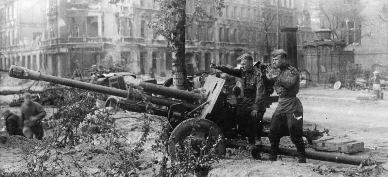 Советские солдаты у пушки ЗиС-3 на улице Берлина.