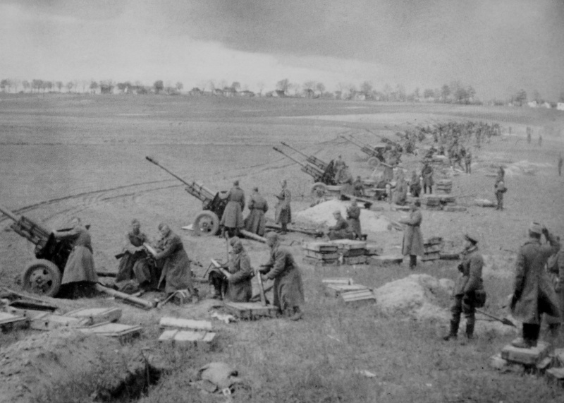 Расчеты советских 76-мм дивизионных пушек ЗИС-3 ведут артподготовку в районе Зееловских высот.