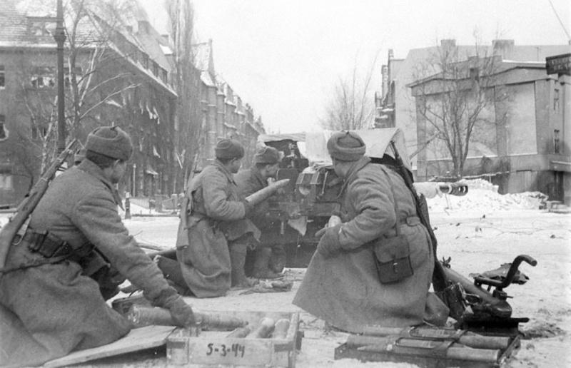 Расчет 76-мм орудия ЗиС-3 гвардии младшего сержанта Р.А. Акулича ведет огонь прямой наводкой по укреплениям немцев в Познани.