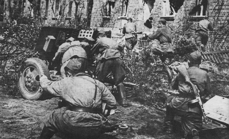 Пехотинцы из 3-й гвардейской танковой армии атакуют противника в Берлине при поддержке пушки ЗиС-3.