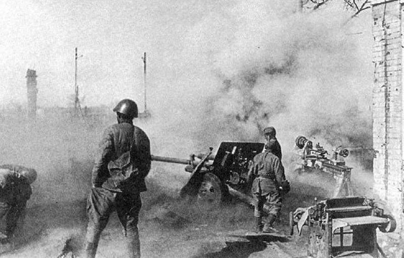 Орудийный расчет пушки ЗиС-3 лейтенанта Сухачева ведет огонь по врагу. Осень 1942 г., Сталинград.