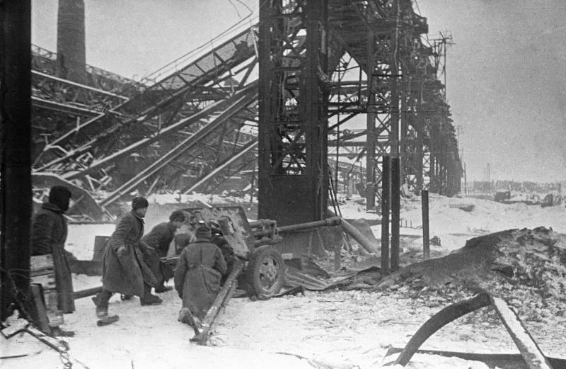 Расчет советской 76-мм дивизионной пушки ЗиС-3 на позиции у завода «Красный Октябрь» в Сталинграде.
