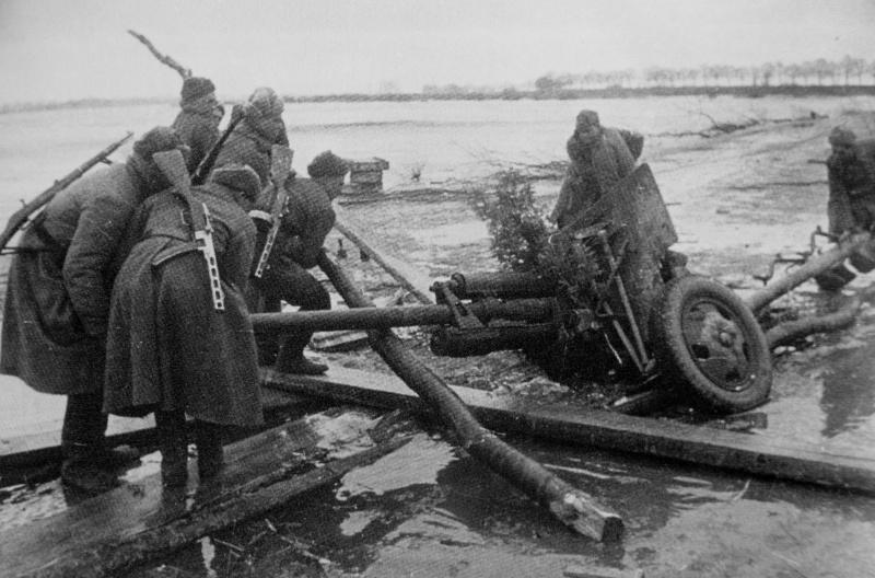 Советские артиллеристы вытягивают провалившуюся в воду 76,2-мм дивизионную пушку ЗиС-3