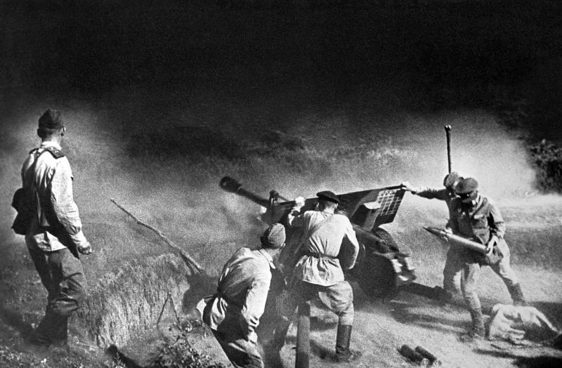 <a href='https://arsenal-info.ru/b/book/1036139503/110' target='_self'>Артиллерийский расчет</a> 76,2-мм пушки ЗиС-3 ведет огонь по врагу на Северном Кавказе.