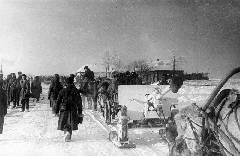 Красноармейцы транспортируют пушку ЗиС-3 по селу Солдатское Курской области.