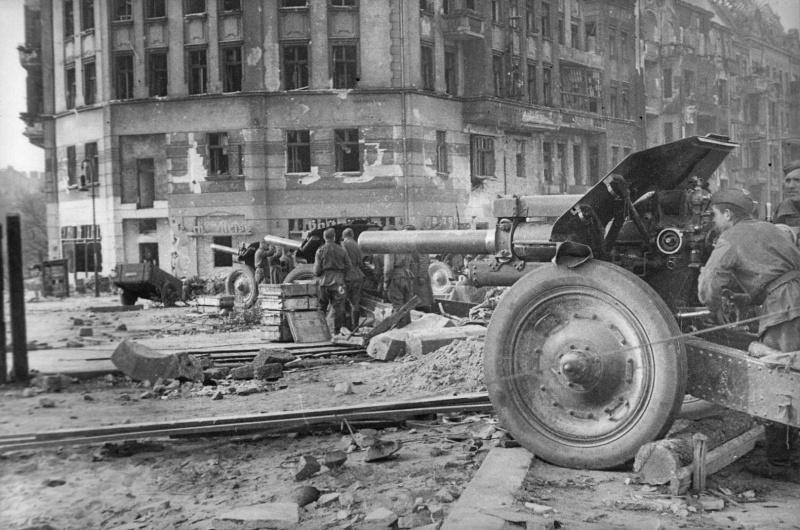 Батарея советских 122-мм гаубиц М-30 на улицах Берлина.