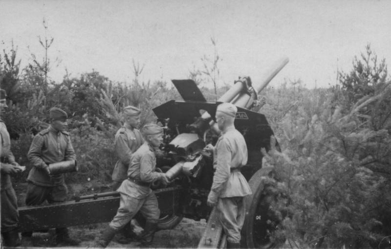 Орудийный расчет 1-й батареи 208-го гаубичного артиллерийского полка ведет огонь по врагу из 122-мм гаубицы М-30.
