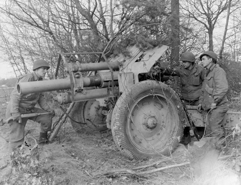 Солдаты 84-й <a href='https://arsenal-info.ru/b/book/3718672302/52' target='_self'>пехотной дивизии</a> США осматривают брошенную немцами 122-мм гаубицу М-30 советского производства в Бенсхайме (Bensheim). По немецкой классификации трофейная гаубица имела обозначение s.F.H.396(r).
