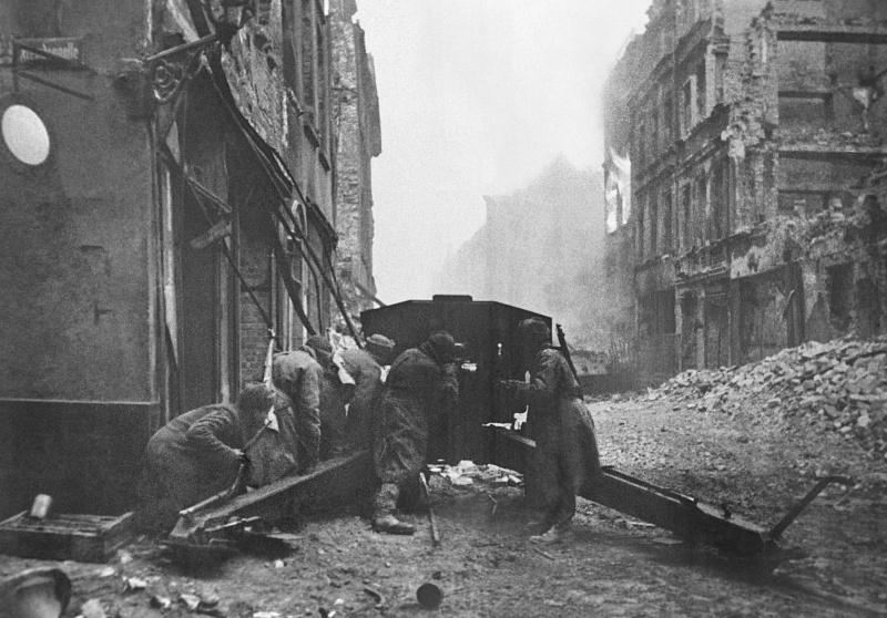 Орудие (122-мм гаубицы М-30) старшины И.Д. Щербакова ведет огонь по опорным пунктам немцев. 1-й Белорусский фронт.