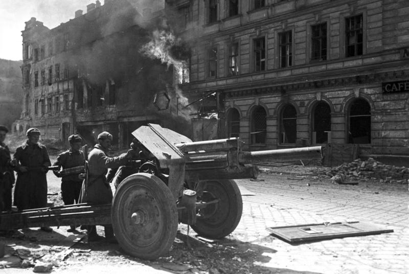 Расчет 122-мм гаубицы М-30 ведет огонь по противнику на одной из улиц Вены.