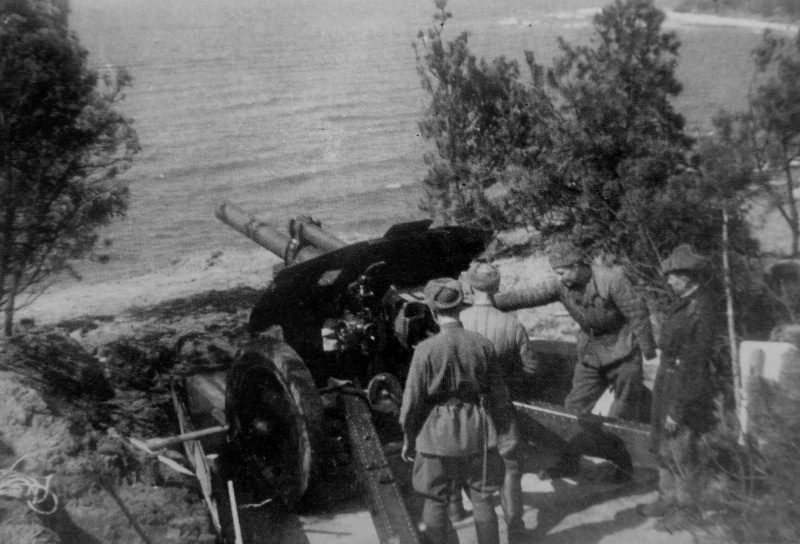 Расчет советской 122-мм гаубицы М-30 на позиции на косе Фрише-Нeрунг (Frische Nehrung, ныне Балтийская коса). 11-я гвардейская армия.