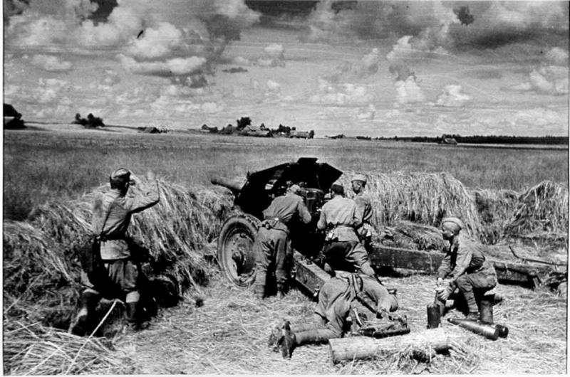 Расчет советской 122-мм гаубицы М-30 в бою против немецких танков. На переднем плане погибший артиллерист. 3-й Белорусский фронт.